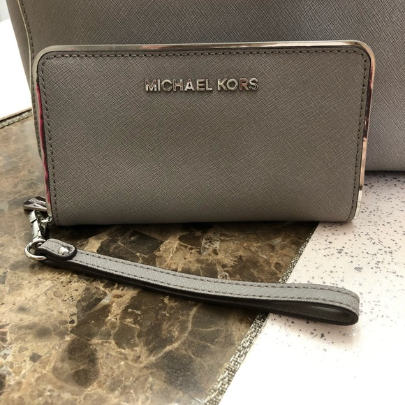 Michael Kors Handbags - Michel Kors Specchio multifunction phone wallet